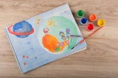 A pintura do espaço tirada pelo guache coloca na tabela Foto de Stock Royalty Free