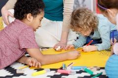 Pintura do grupo no jardim de infância Fotos de Stock