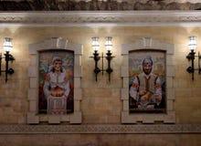 Pintura do mosaico de um homem e de uma mulher vestidos em trajes moldavos tradicionais imagens de stock royalty free