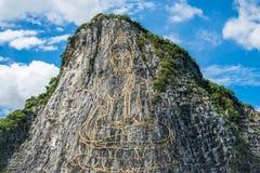 Pintura do ouro da estátua de buddha no penhasco na montanha de Cheechan Imagem de Stock Royalty Free