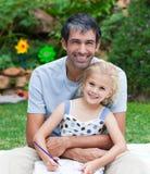 Pintura do pai e da filha em um parque fotografia de stock royalty free