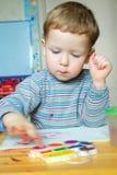Pintura do rapaz pequeno foto de stock royalty free