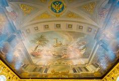 A pintura do teto no Sal?o luxuoso do interior dos espelhos de Catherine Palace em St Petersburg, R?ssia fotografia de stock