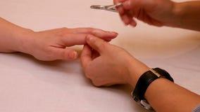 Pintura do tratamento de mãos e pregos de lustro no salão de beleza dos termas video estoque