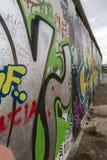 Pintura dos grafittis no muro de Berlim na galeria da zona leste fotografia de stock royalty free