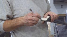 Pintura dos moldes para a instalação do trabalhador do conjunto da cozinha do armário da cor escura video estoque