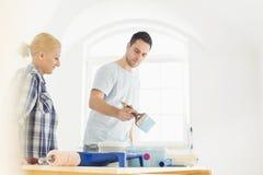 pintura dos pares do Meados de-adulto na casa nova Foto de Stock