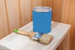 Pintura e escova vermelhas na cadeira de madeira Foto de Stock Royalty Free
