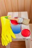 Pintura e escova vermelhas na cadeira de madeira Imagem de Stock Royalty Free