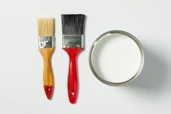 Pintura e escovas de pintura brancas Fotos de Stock Royalty Free