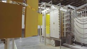 Pintura electrostática Los paneles del metal amarillo se mueven en un transportador de arriba almacen de metraje de vídeo