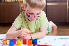 Pintura emocionada del niño pequeño Fotografía de archivo libre de regalías