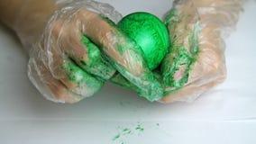 Pintura en el huevo con las manos