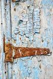 pintura en la puerta y el golpeador de madera azules de Marruecos Imagen de archivo libre de regalías