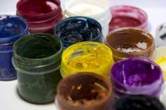 Pintura en latas abiertas, azul, rojo, azul, amarillo, blanco, verde, lila Imagen de archivo libre de regalías