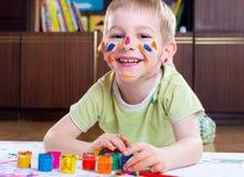 Pintura entusiasmado do rapaz pequeno Fotografia de Stock
