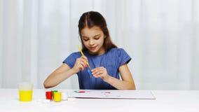 Pintura feliz de la muchacha con color del aguazo en casa metrajes