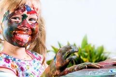 Pintura feliz del joven en la tabla Imagen de archivo libre de regalías