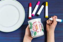 Pintura hecha a mano en los marcadores de la loza para la cerámica Paso 4 imágenes de archivo libres de regalías