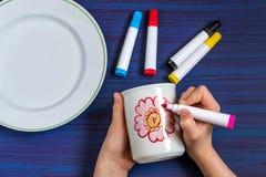 Pintura hecha a mano en los marcadores de la loza para la cerámica Paso 3 imagenes de archivo