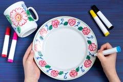 Pintura hecha a mano en los marcadores de la loza para la cerámica Paso 6 fotografía de archivo libre de regalías