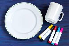 Pintura hecha a mano en los marcadores de la loza para la cerámica Paso 1 foto de archivo libre de regalías