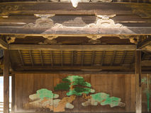 Pintura japonesa del árbol de pino en la capilla de Itsukushima, Miyajima Imagenes de archivo