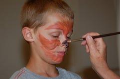 Pintura joven de la cara del muchacho Foto de archivo