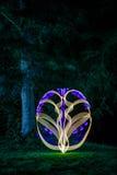 Pintura ligera del modelo al lado del bosque oscuro Imagenes de archivo