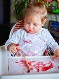 Pintura linda de la niña con el cepillo Imágenes de archivo libres de regalías