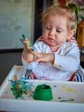 Pintura linda de la niña con el cepillo Imagen de archivo libre de regalías