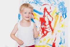 Pintura linda del niño pequeño con el cepillo Escuela pre-entrenamiento Educación creatividad fotografía de archivo libre de regalías