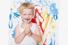 Pintura linda del niño pequeño con el cepillo Escuela pre-entrenamiento Educación creatividad fotos de archivo