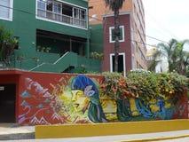 Pintura moderna en una pared roja en Barranco, Lima Imagen de archivo