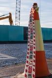 Pintura molhada do cone da estrada com cuidado escrita em uma fita plástica Imagens de Stock