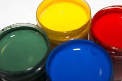 Pintura multicolora en los tarros para dibujar imágenes de archivo libres de regalías