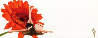 Pintura mural e artista da parede da flor da mola imagens de stock