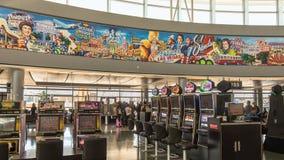 Pintura mural e slots machines, terminal de aeroporto de McCarran Internalional Fotos de Stock