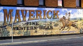 Pintura mural exterior pelo artista ocidental Stylle Read, no lado da construção que abriga Maverick Fine Western Wear fotografia de stock