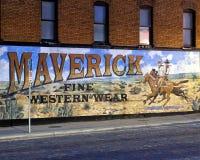 Pintura mural exterior pelo artista ocidental Stylle Read, no lado da construção que abriga Maverick Fine Western Wear fotos de stock
