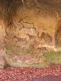 Pintura negra del carbono de la caza humana en la pared de la piedra arenisca, copia de la imagen prehistórica Arte abstracto de  Fotografía de archivo