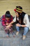 Pintura nepalesa Mehndi de la muchacha para las mujeres tailandesas del viajero en la calle de mercado de Thamel Fotografía de archivo