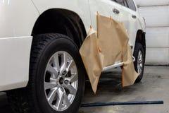 A pintura parcial dos elementos laterais do corpo de um carro branco de SUV após um acidente na estrada, as peças não danificadas foto de stock royalty free