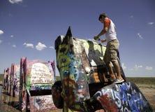 Pintura a pistola del adolescente un coche Imagenes de archivo