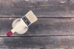 A pintura pode com o pincel no fundo de madeira velho Fotografia de Stock Royalty Free
