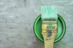 A pintura podem e a escova de pintura Foto de Stock