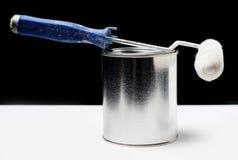 A pintura podem e a escova do rolo Fotografia de Stock