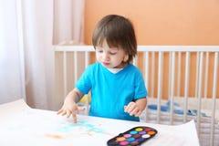 Pintura preciosa del niño pequeño con los fingeres Fotografía de archivo