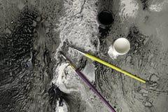 Pintura preto e branco com as escovas na paleta Imagens de Stock