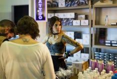 Pintura profesional del tatuaje en el escaparate y los artistas cerca Imagen de archivo